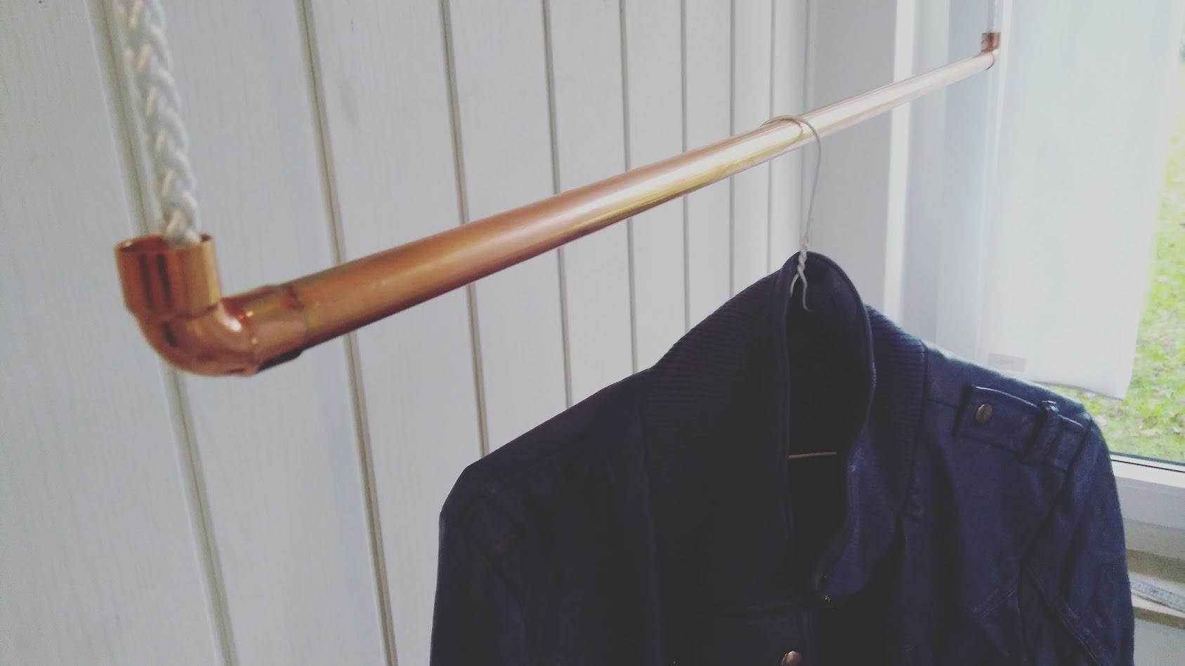 90 cm Premium Design Kleiderstange, Garderobenstange, aus Kupfer und Baumwollseil (weiß) hängend, De